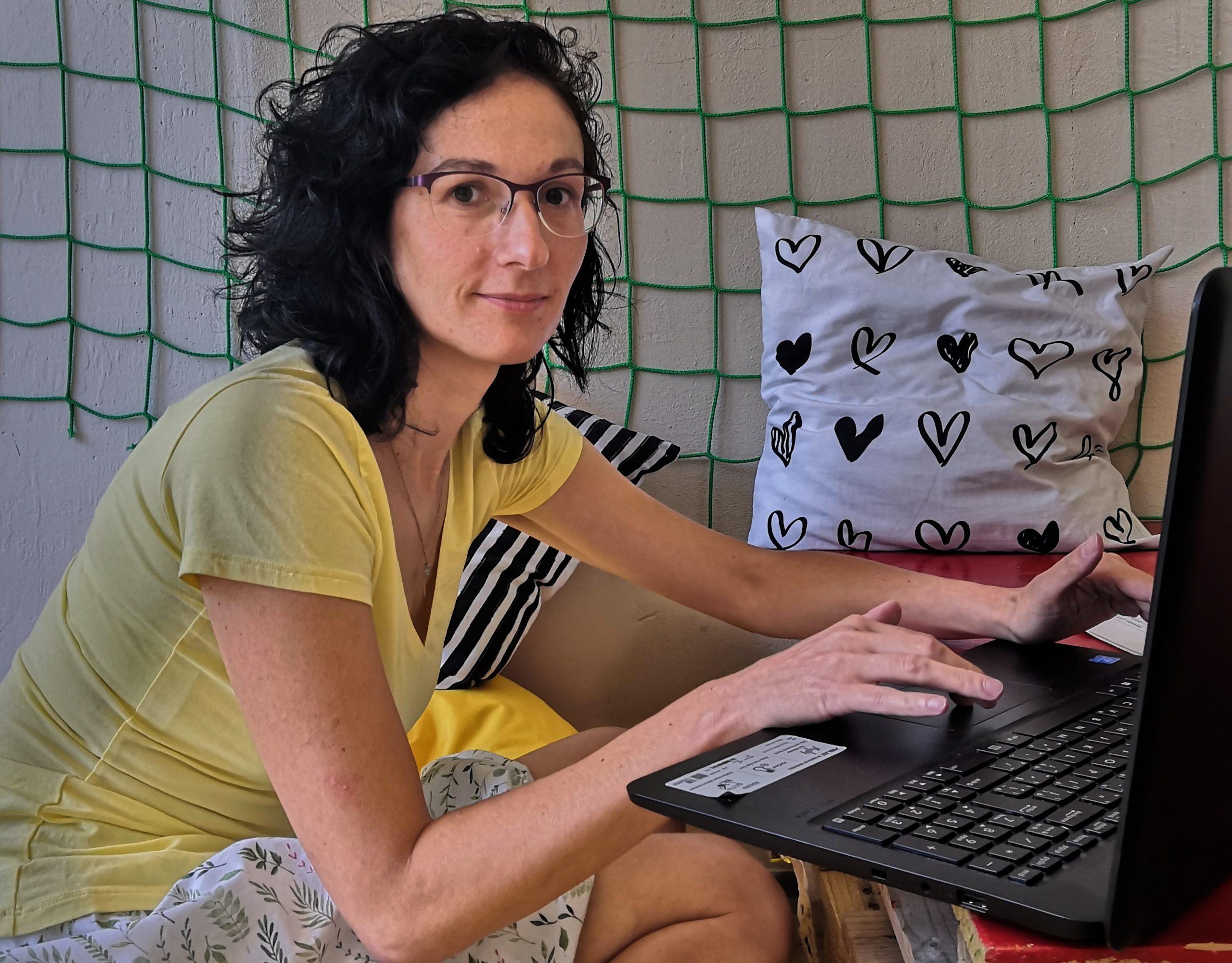"""""""Svým druhákům většinou píšu zhruba dvě strany A4, písmem velikosti 16, aby se jim to dobře četlo. Píšu dítěti, takže ve druhé osobě jednotného čísla, a oslovuji ho,"""" říká Barbora Heřmanová."""