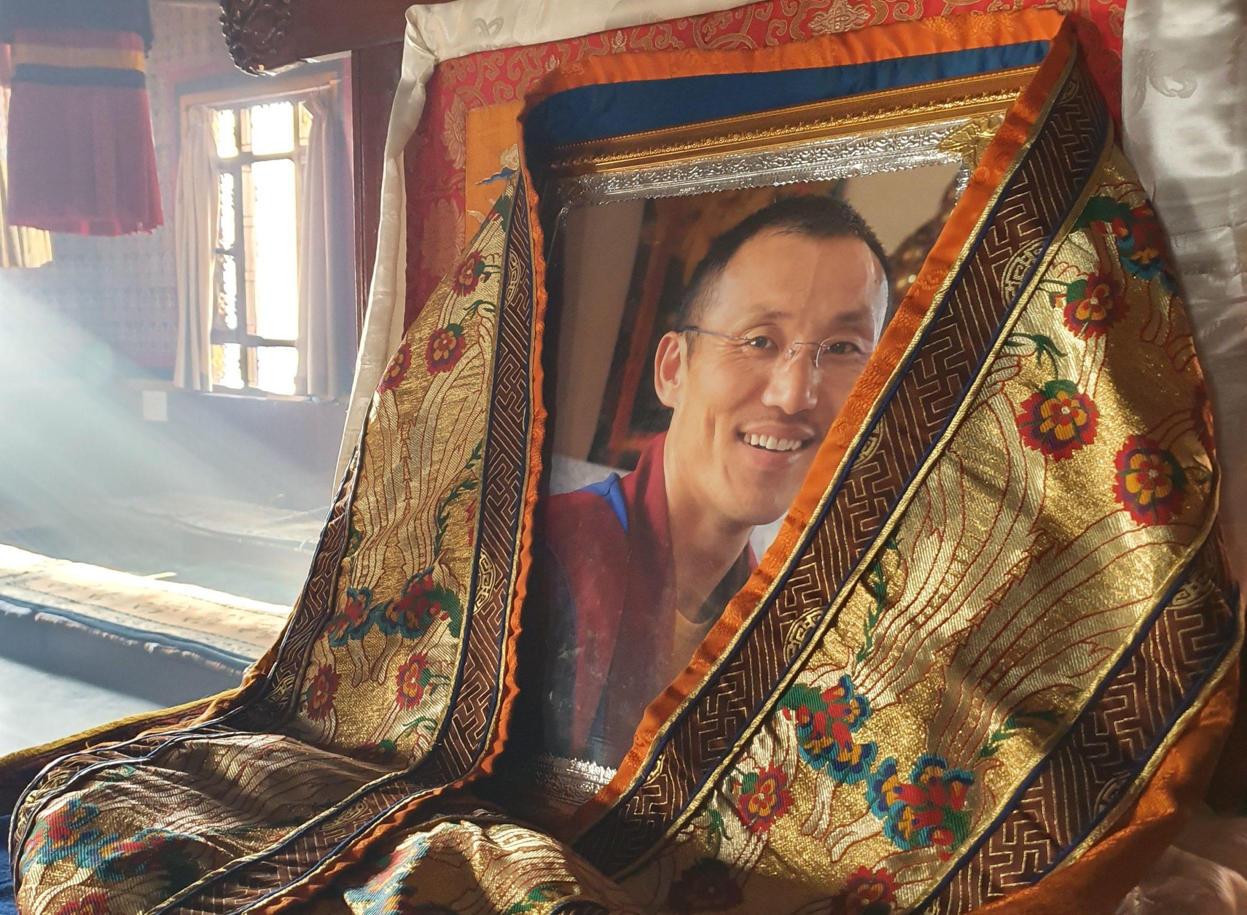 """Fotografie představeného kláštera ho """"zastupuje"""" v době, kdy cestuje a společných rituálů se neúčastní. Khenpo Tenpa Yungdrung tráví obvykle několik měsíců v roce v Evropě, kde učí západní zájemce o buddhismus. Loni ani letos zatím ještě ale z kláštera nevycestoval."""