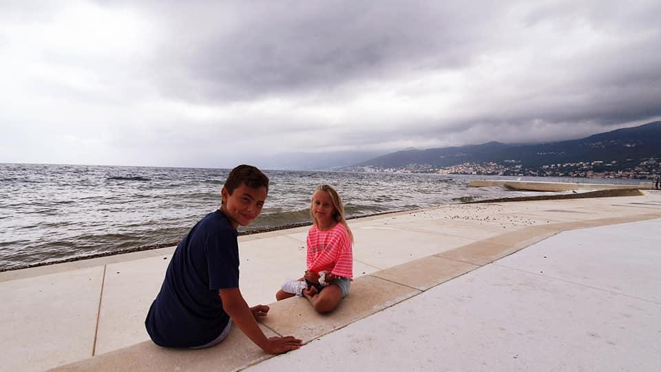 Lukáš a Nikolka žijí u moře, ale ve škole je nešetří.
