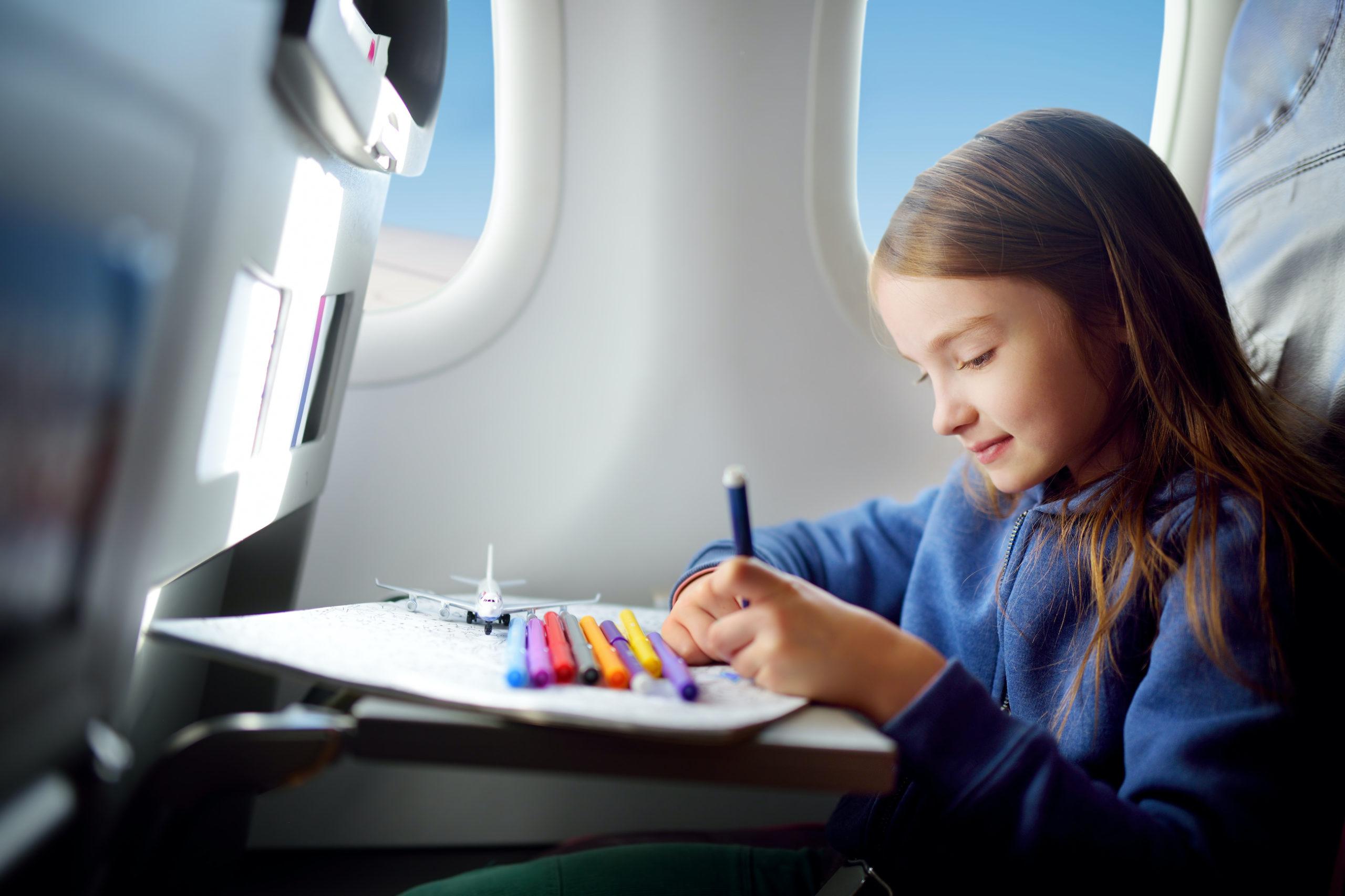 Většinou se snažíme držet děti dál od nejrůznějších displejů, když se ale cestuje, mohou vám i spolucestujícím zachránit nervy.
