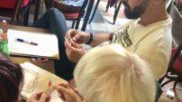 František Brauner a Hana Mádrová z gymnázia v Olomouci – Hejčíně zjišťují, jaké tetování dostali ve žvýkačce Pedro. Tu všem učitelům – jako symbol pohody a wellbeingu – přivezl ředitel EDUinu Honza Dolínek.