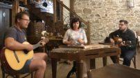 Marcela Přibylová ze ZŠ Pražská ve Znojmě učí na prvním stupni a hudbu zařazuje do výuky všech předmětů. Sama hraje mimo jiné na cimbál a nevydá se bez něj ani na letní školu.