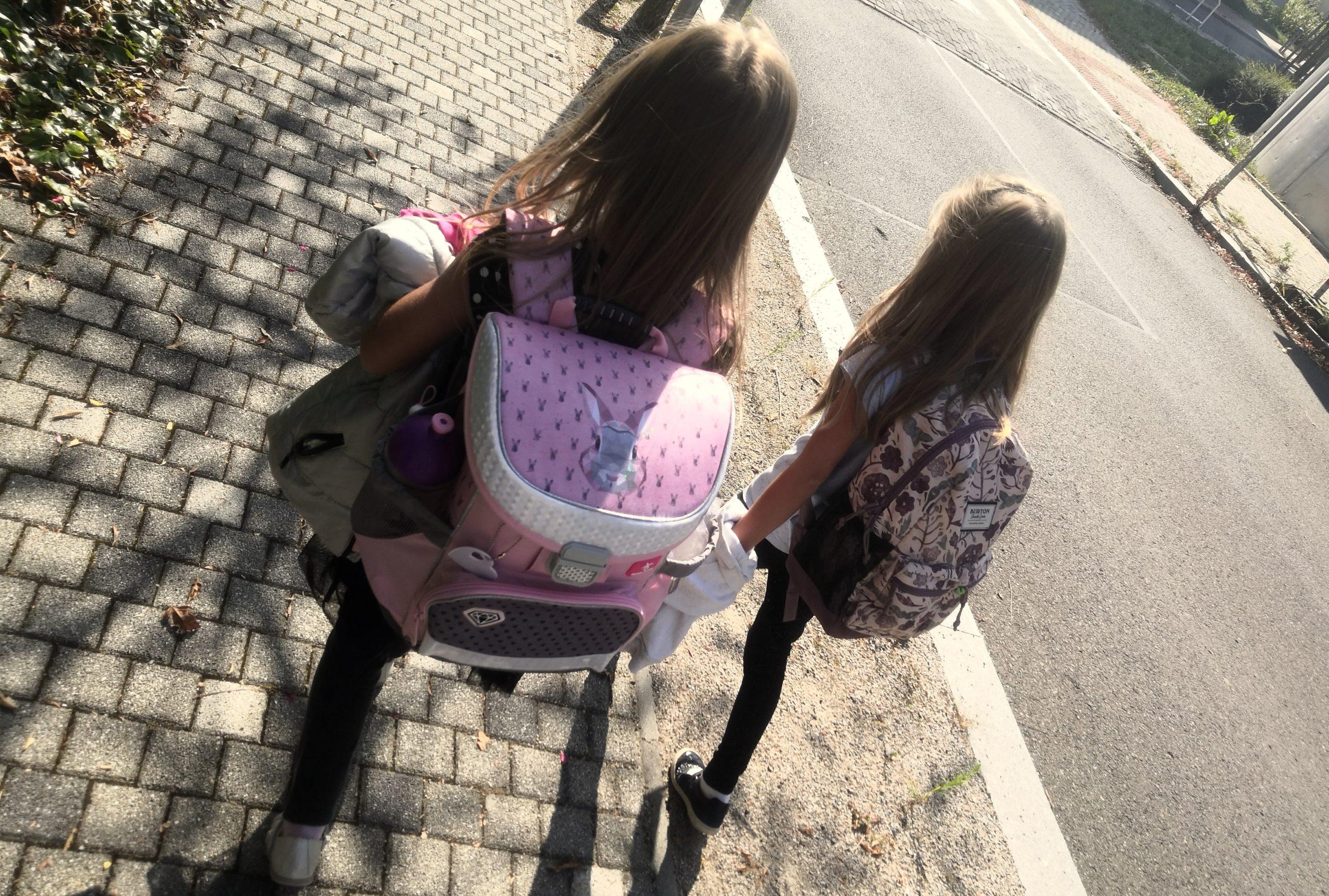 Nejít s dětmi první den školy do třídy či šatny může být náročné pro rodiče. Děti to ale zvládnou.