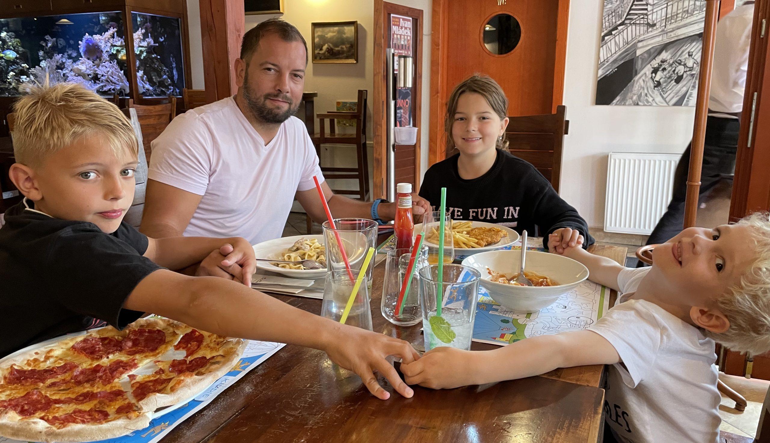 Michal Vydržel se Liamem, Miou a Oliverem. Dvě starší děti má už od rozvodu ve střídavé péči, Olivera si bere na víkendy, na prázdniny, co nejčastěji to jen jde.