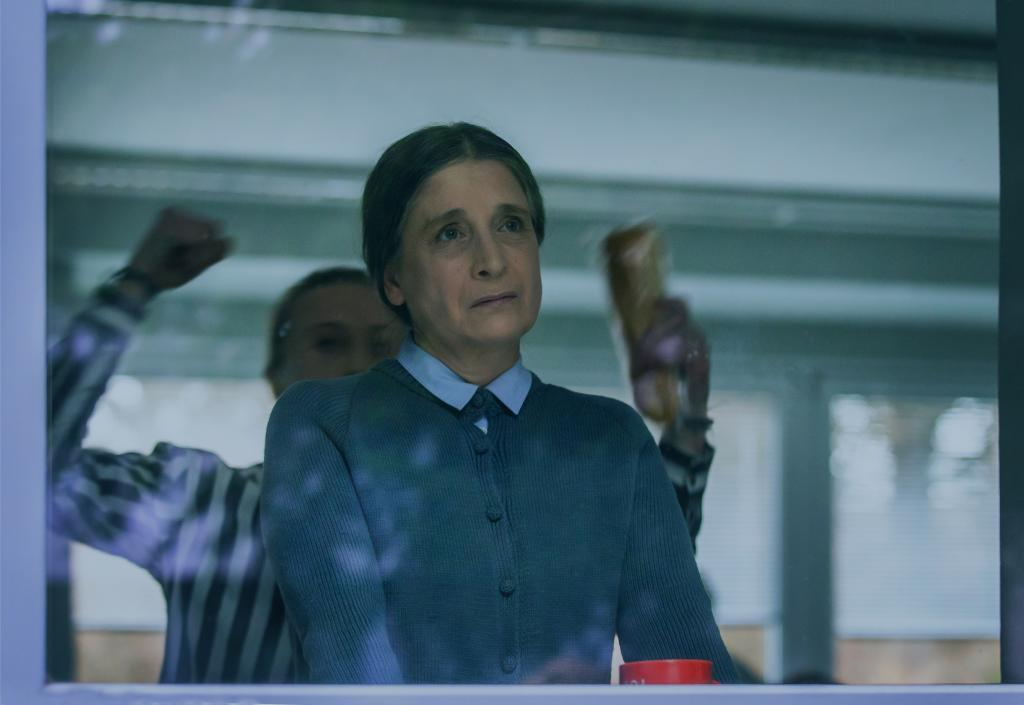 Scéna z první epizody seriálu Ochránce tematizuje šikanu učitelky.