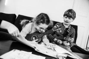Hudební výchova. Děti hrají na ukulele.