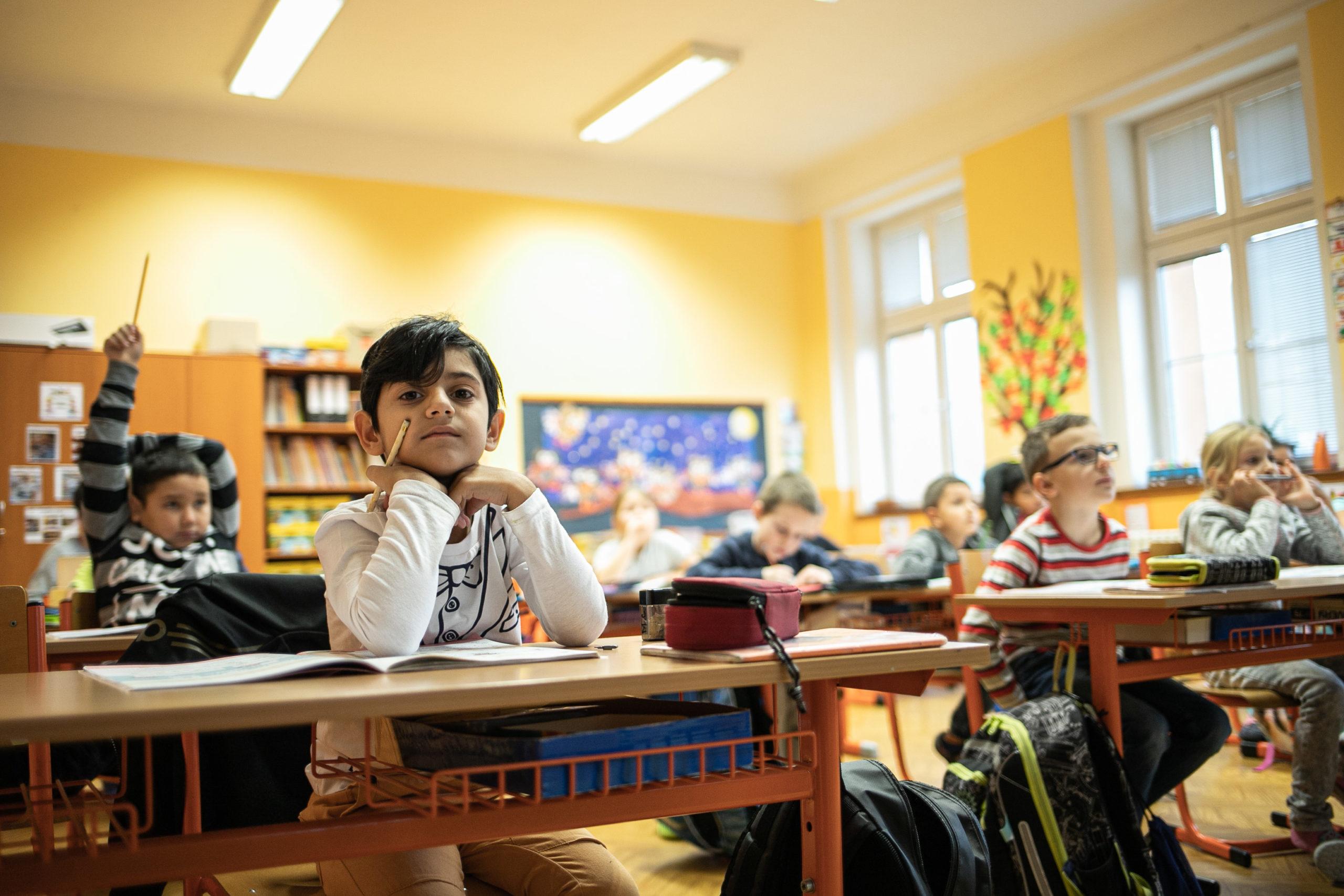Škola v Trmicích má skvělou pověst a své děti do ní vozí rodiče z širokého okolí. Romských žáků je o něco víc než třetina, což odpovídá demografickému rozložení.