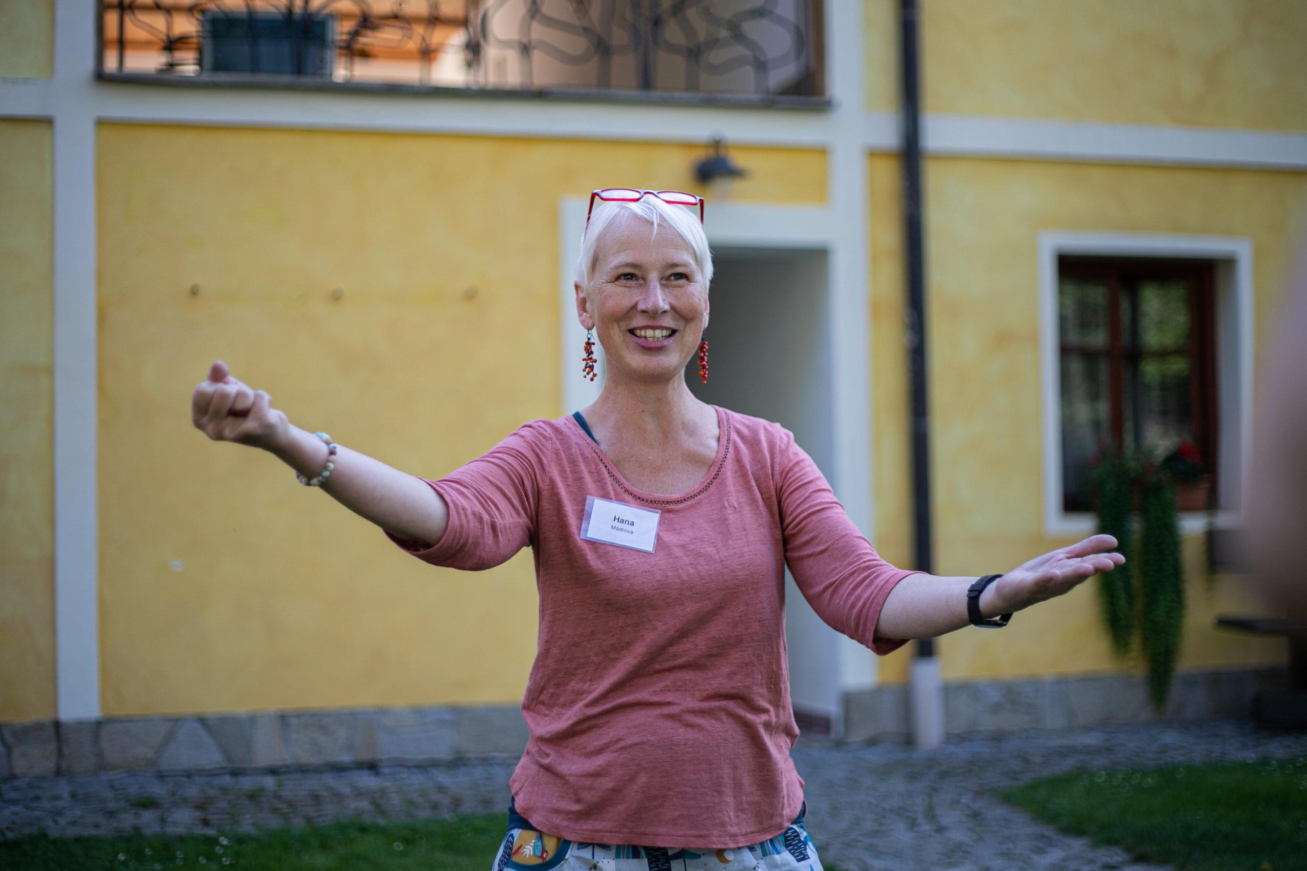 """""""Můžeme dřít a učit se, ale pokud se učíme jazyk pro jazyk, nenajdeme si v tom svůj smysl a stejně to zapomeneme,"""" říká Hana Mádrová."""