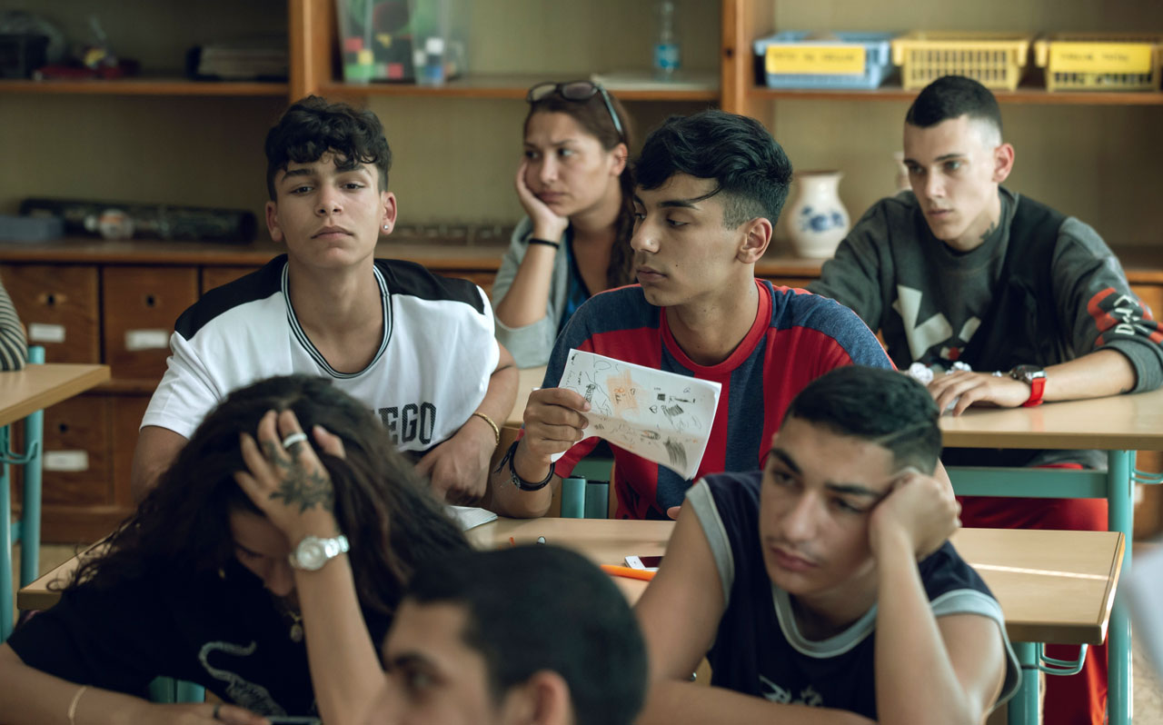 V pátém dílu seriálu Ochránce dojde na brněnské základní škole ke rvačce mezi romskými a bílými žáky. Nová ministryně pověří ombudsmana, aby na místě situaci uklidnil.